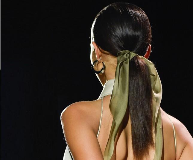 Cập nhật các xu hướng tóc mới nhất từ sàn diễn và Tiktok, đơn giản mà hay ho cực kỳ! ảnh 4