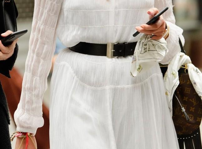 """Gợi ý cách buộc khăn sành điệu cho các cô gái theo kịp trend trong """"Emily in Paris"""" ảnh 2"""
