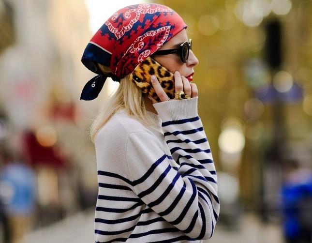 """Gợi ý cách buộc khăn sành điệu cho các cô gái theo kịp trend trong """"Emily in Paris"""" ảnh 3"""