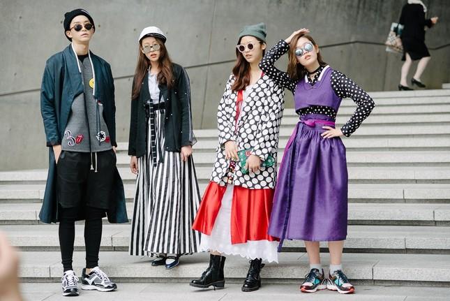 """Làm việc trong ngành Thời trang có phải toàn """"ăn ngon mặc đẹp"""" như phim """"Yêu nữ hàng hiệu""""? ảnh 2"""