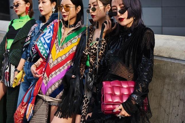 """Làm việc trong ngành Thời trang có phải toàn """"ăn ngon mặc đẹp"""" như phim """"Yêu nữ hàng hiệu""""? ảnh 3"""