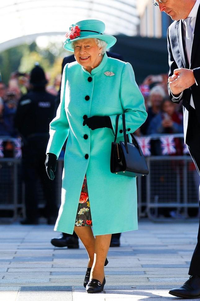 """Ít ai biết thói quen sử dụng túi xách làm """"công cụ truyền tin"""" tinh tế của Nữ hoàng Anh ảnh 2"""