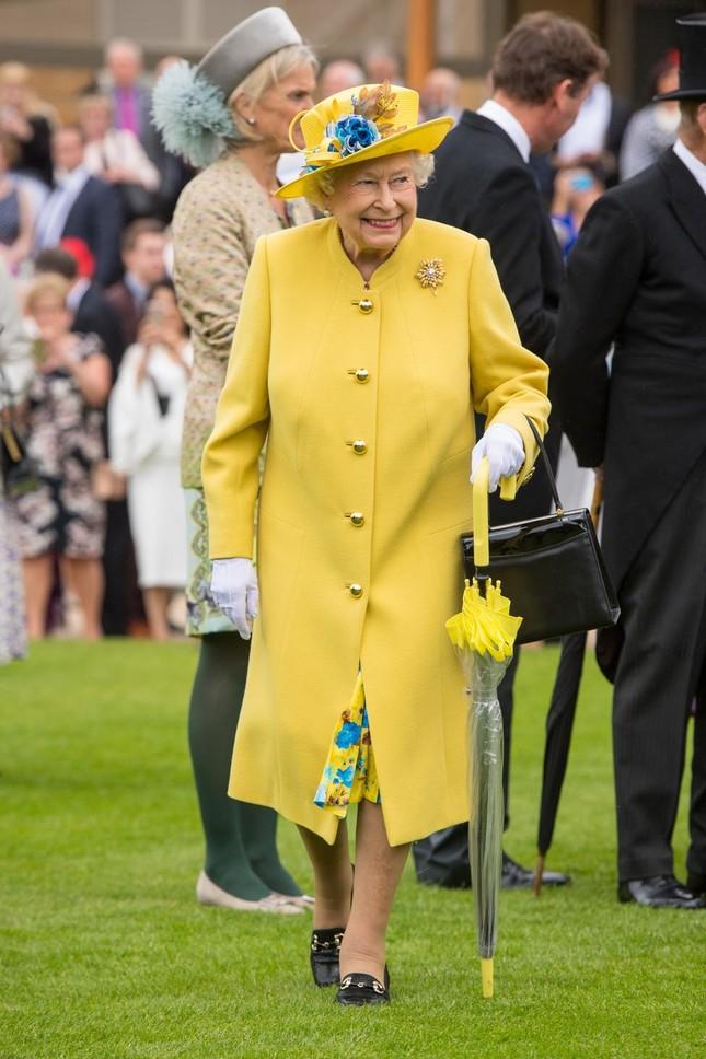"""Ít ai biết thói quen sử dụng túi xách làm """"công cụ truyền tin"""" tinh tế của Nữ hoàng Anh ảnh 4"""