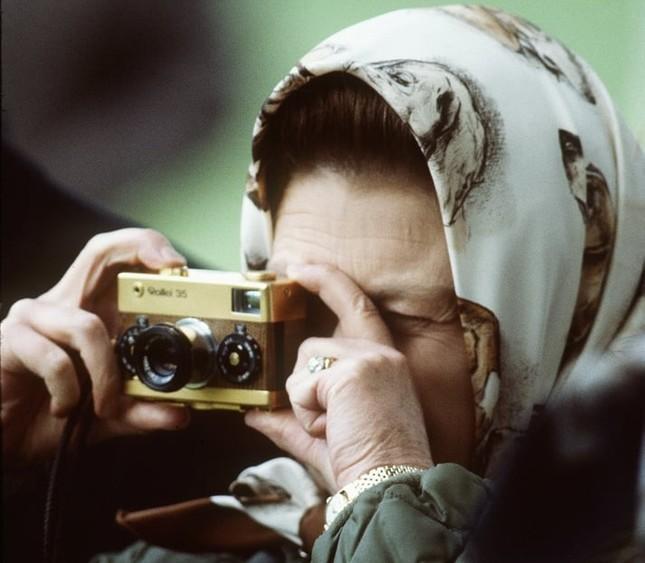 Bạn có muốn biết Nữ hoàng Anh Elizabeth II luôn mang theo những gì trong túi xách? ảnh 6