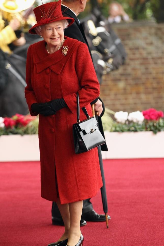 """Ít ai biết thói quen sử dụng túi xách làm """"công cụ truyền tin"""" tinh tế của Nữ hoàng Anh ảnh 3"""
