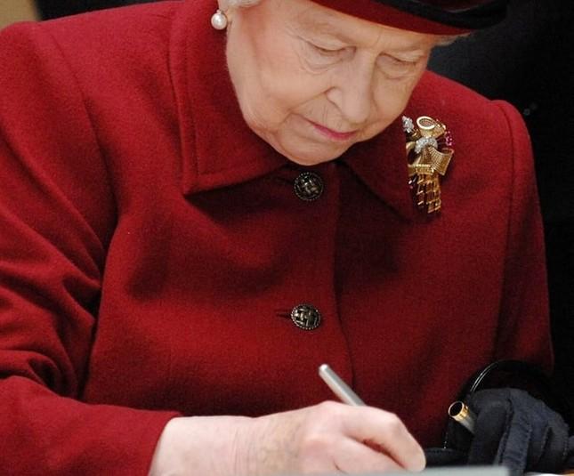 Bạn có muốn biết Nữ hoàng Anh Elizabeth II luôn mang theo những gì trong túi xách? ảnh 3