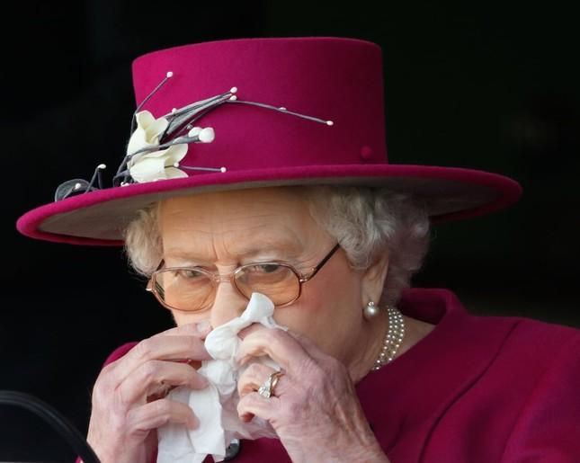 Bạn có muốn biết Nữ hoàng Anh Elizabeth II luôn mang theo những gì trong túi xách? ảnh 5