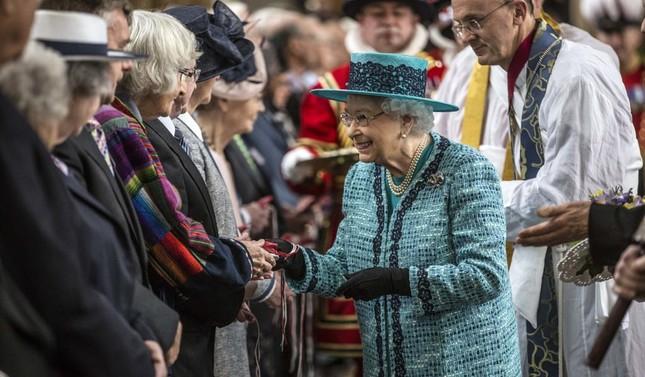Bạn có muốn biết Nữ hoàng Anh Elizabeth II luôn mang theo những gì trong túi xách? ảnh 4