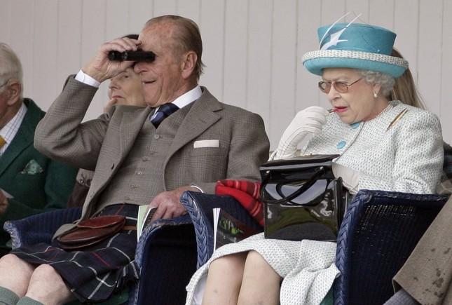 Bạn có muốn biết Nữ hoàng Anh Elizabeth II luôn mang theo những gì trong túi xách? ảnh 2