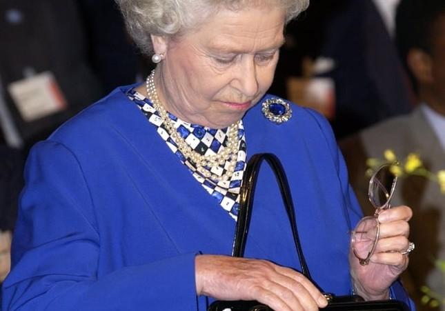 Bạn có muốn biết Nữ hoàng Anh Elizabeth II luôn mang theo những gì trong túi xách? ảnh 1