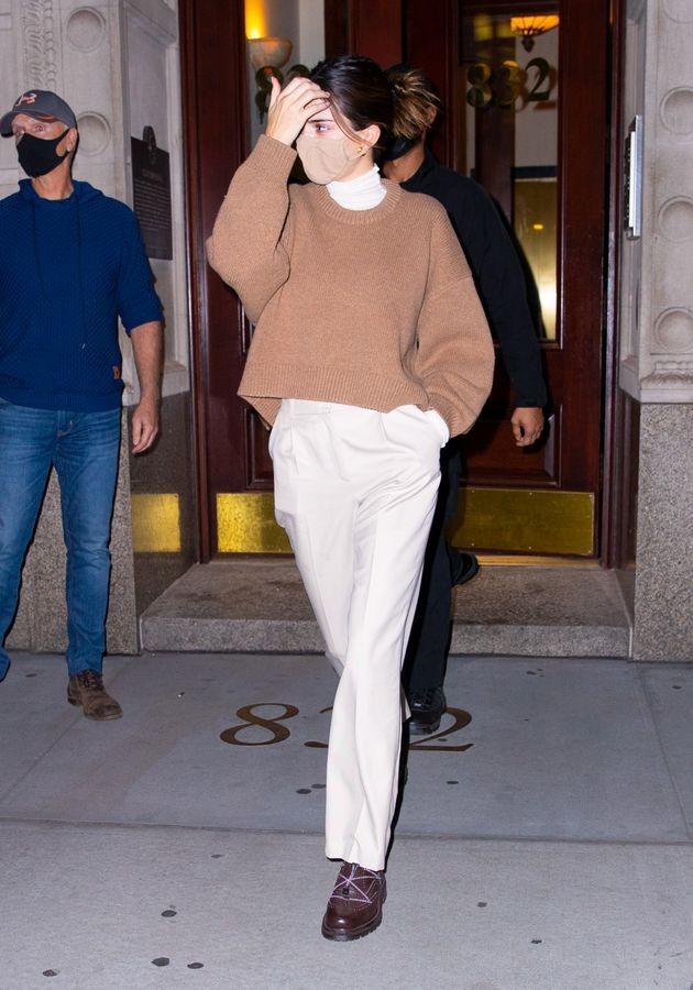 Ngắm outfit dạo phố cuối tuần của Kendall Jenner, biết luôn xu hướng nào sắp lên ngôi ảnh 5