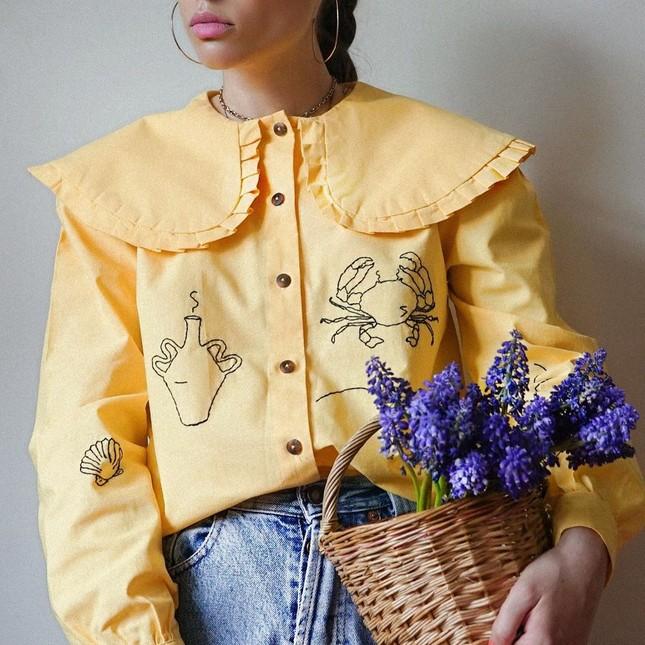 Xu hướng cổ áo bản lớn dự đoán sẽ lên ngôi mùa Xuân - Hè này, mặc nó thế nào để đẹp nhất? ảnh 1