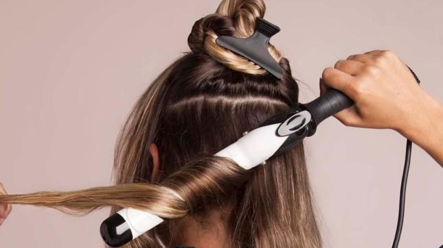 Làm đẹp đón Tết: Tự làm tóc xoăn sóng to vào nếp ngay tại nhà đẹp như ở ngoài tiệm ảnh 1