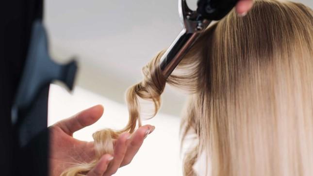 Làm đẹp đón Tết: Tự làm tóc xoăn sóng to vào nếp ngay tại nhà đẹp như ở ngoài tiệm ảnh 4