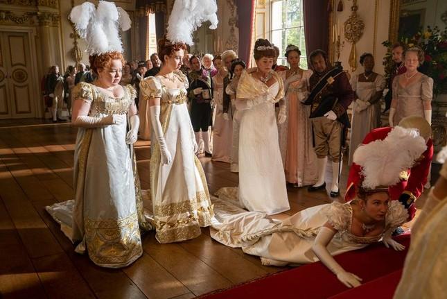 """""""Bridgerton"""": 7.500 bộ trang phục vương giả lộng lẫy và những bí mật hậu trường giờ mới kể ảnh 1"""