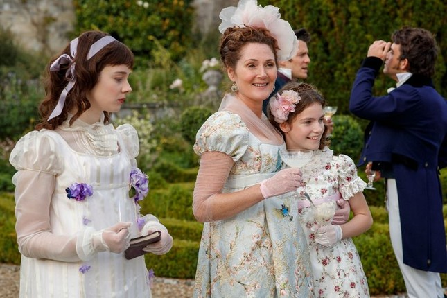 """""""Bridgerton"""": 7.500 bộ trang phục vương giả lộng lẫy và những bí mật hậu trường giờ mới kể ảnh 3"""