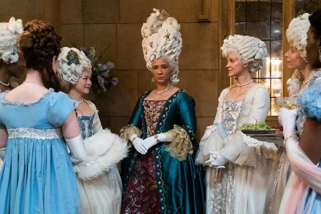 """""""Bridgerton"""": 7.500 bộ trang phục vương giả lộng lẫy và những bí mật hậu trường giờ mới kể ảnh 2"""