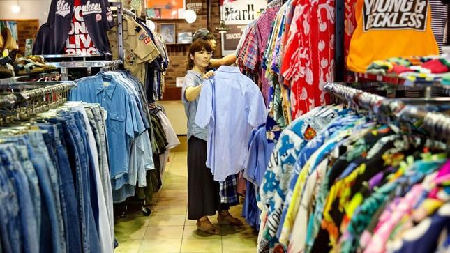"""Quên những gì bạn từng nghĩ về đồ """"si-đa"""" đi, xu hướng mua sắm của Gen Z giờ là """"săn hàng vintage"""" ảnh 1"""