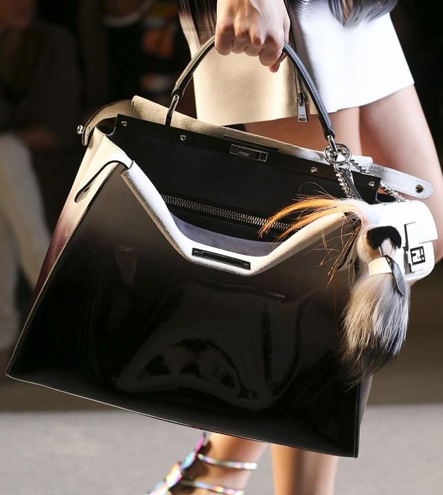 Vì sao những chiếc túi xách trên thế giới đang bé xíu lại, đến mức thành mặt dây chuyền? ảnh 3