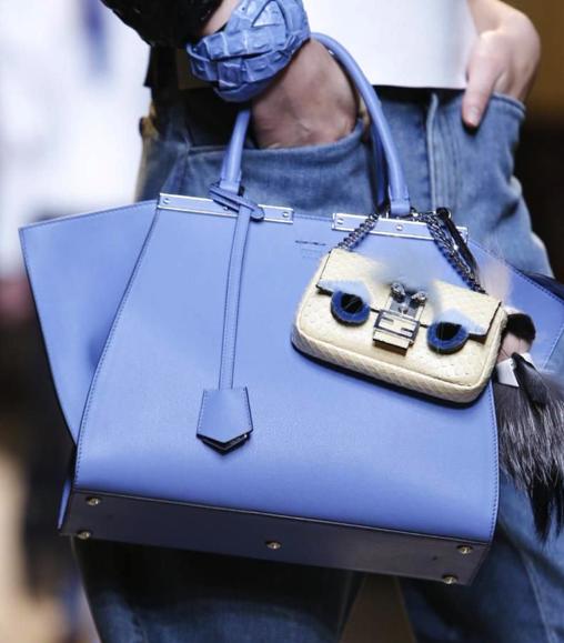 Vì sao những chiếc túi xách trên thế giới đang bé xíu lại, đến mức thành mặt dây chuyền? ảnh 12