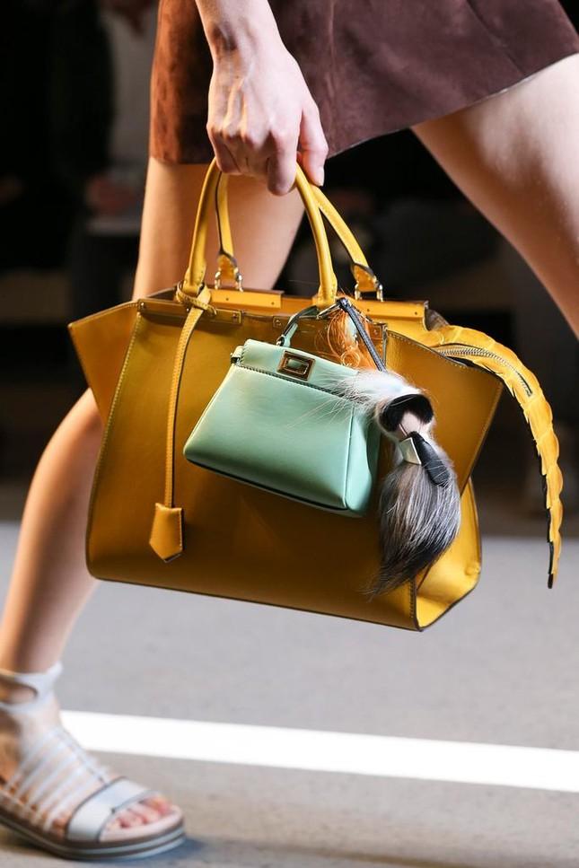 Vì sao những chiếc túi xách trên thế giới đang bé xíu lại, đến mức thành mặt dây chuyền? ảnh 5