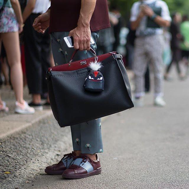 Vì sao những chiếc túi xách trên thế giới đang bé xíu lại, đến mức thành mặt dây chuyền? ảnh 10