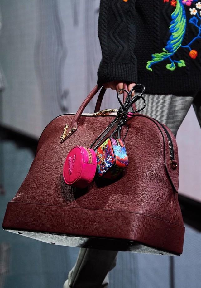 Vì sao những chiếc túi xách trên thế giới đang bé xíu lại, đến mức thành mặt dây chuyền? ảnh 8