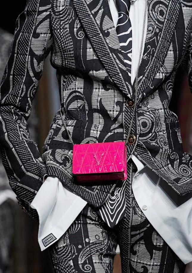Vì sao những chiếc túi xách trên thế giới đang bé xíu lại, đến mức thành mặt dây chuyền? ảnh 11