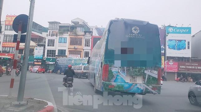 Đại gia bất động sản ồ ạt quảng cáo 'bẩn' trên đường phố Hà Nội ảnh 1