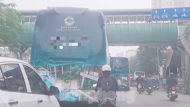 Đại gia bất động sản ồ ạt quảng cáo 'bẩn' trên đường phố Hà Nội ảnh 2