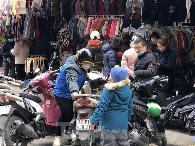 Quần áo ấm giá rẻ đổ tràn vỉa hè Hà Nội những ngày giá rét ảnh 4