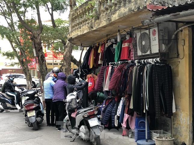 Quần áo ấm giá rẻ đổ tràn vỉa hè Hà Nội những ngày giá rét ảnh 2