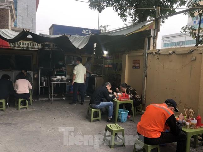 Nhiều quán cà phê, trà đá, hàng ăn vỉa hè tại Hà Nội vô tư đón khách ảnh 10