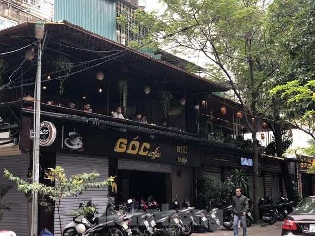 Nhiều quán cà phê, trà đá, hàng ăn vỉa hè tại Hà Nội vô tư đón khách ảnh 1