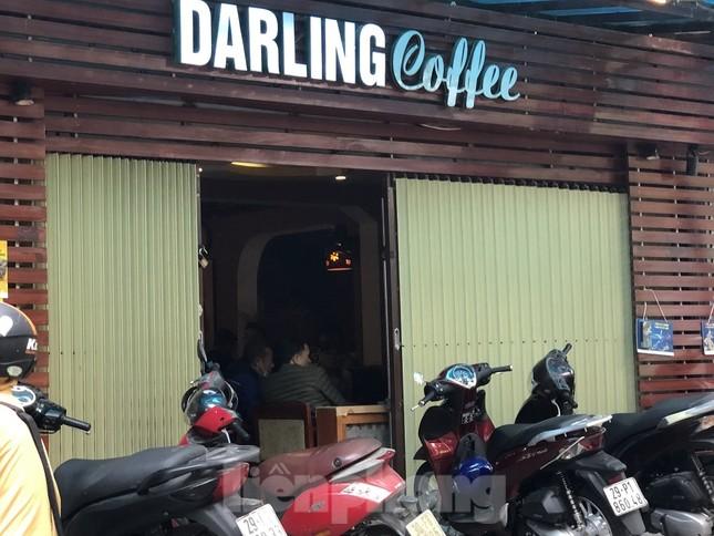Nhiều quán cà phê, trà đá, hàng ăn vỉa hè tại Hà Nội vô tư đón khách ảnh 3