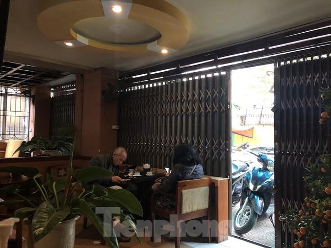 Nhiều quán cà phê, trà đá, hàng ăn vỉa hè tại Hà Nội vô tư đón khách ảnh 4