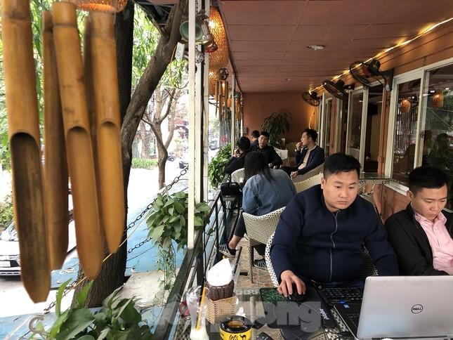 Nhiều quán cà phê, trà đá, hàng ăn vỉa hè tại Hà Nội vô tư đón khách ảnh 5
