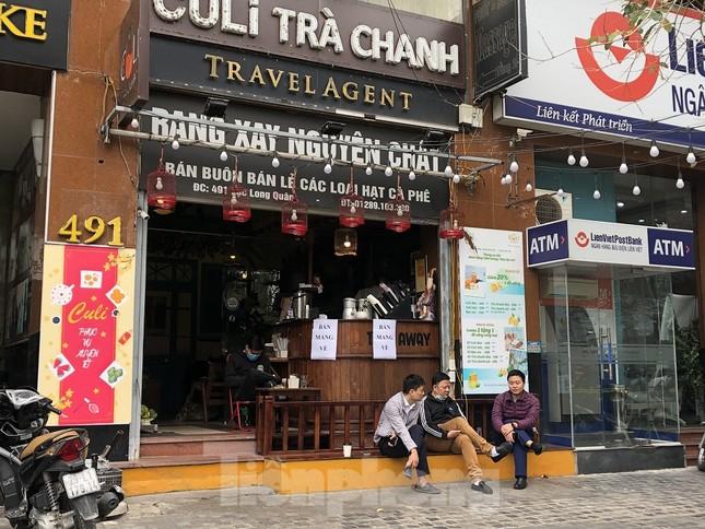 Nhiều quán cà phê, trà đá, hàng ăn vỉa hè tại Hà Nội vô tư đón khách ảnh 6