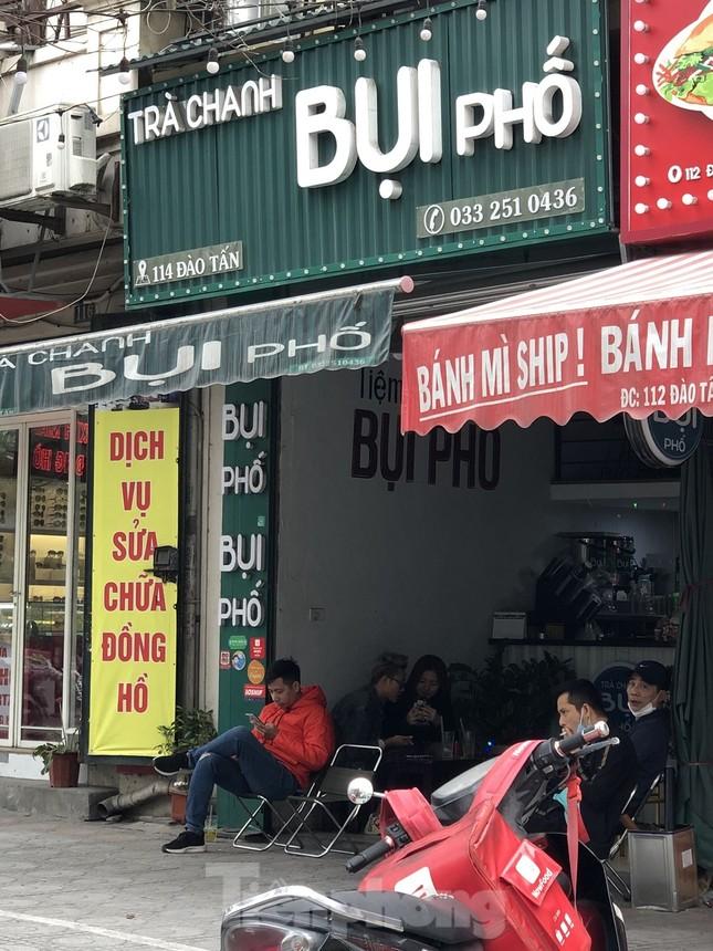Nhiều quán cà phê, trà đá, hàng ăn vỉa hè tại Hà Nội vô tư đón khách ảnh 7