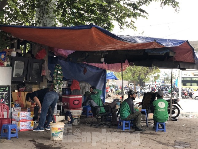 Nhiều quán cà phê, trà đá, hàng ăn vỉa hè tại Hà Nội vô tư đón khách ảnh 9
