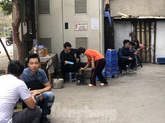 Nhiều quán cà phê, trà đá, hàng ăn vỉa hè tại Hà Nội vô tư đón khách ảnh 8