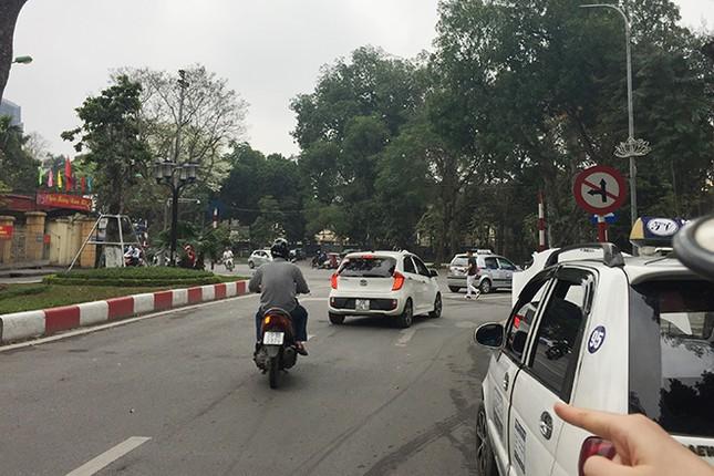 Ngán ngẩm kiểu tham gia giao thông 'phớt lờ' biển cấm ảnh 2