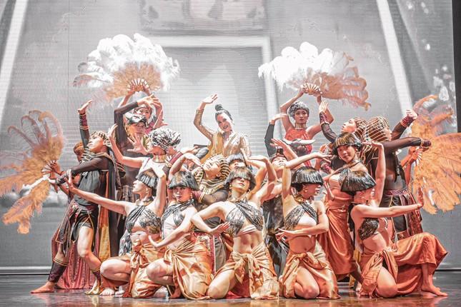 Nhóm nhảy Việt được Dua Lipa hết lời khen ngợi từng gây 'bão' sân khấu Asia's Got Talent ảnh 9