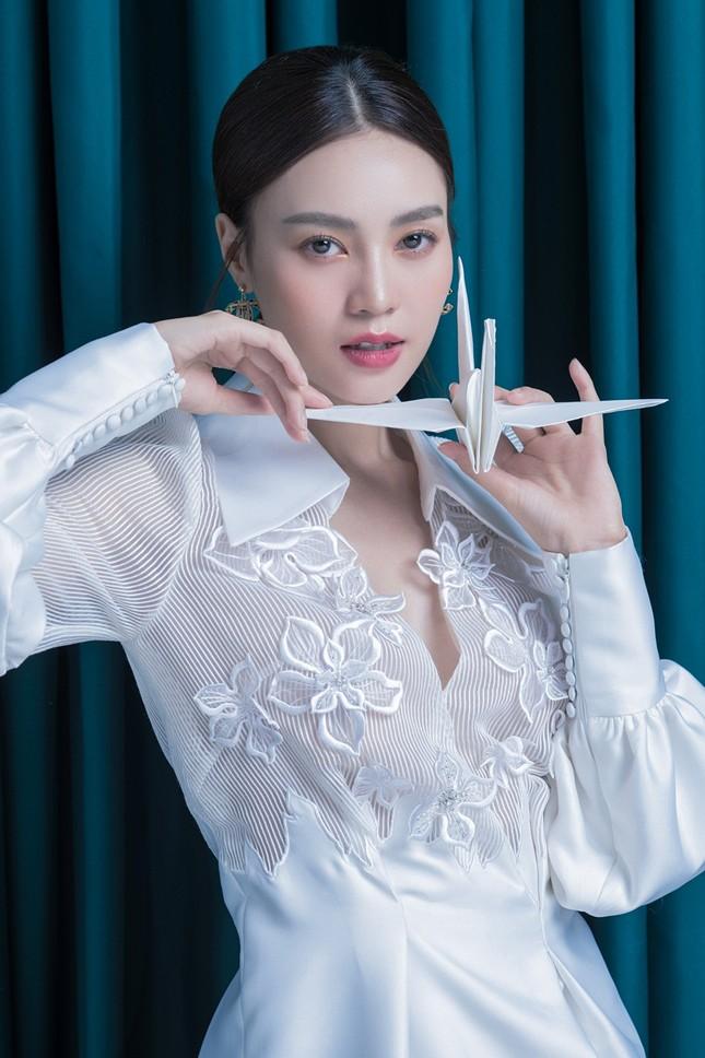 Ninh Dương Lan Ngọc diện đầm xẻ ngực gợi cảm ảnh 6