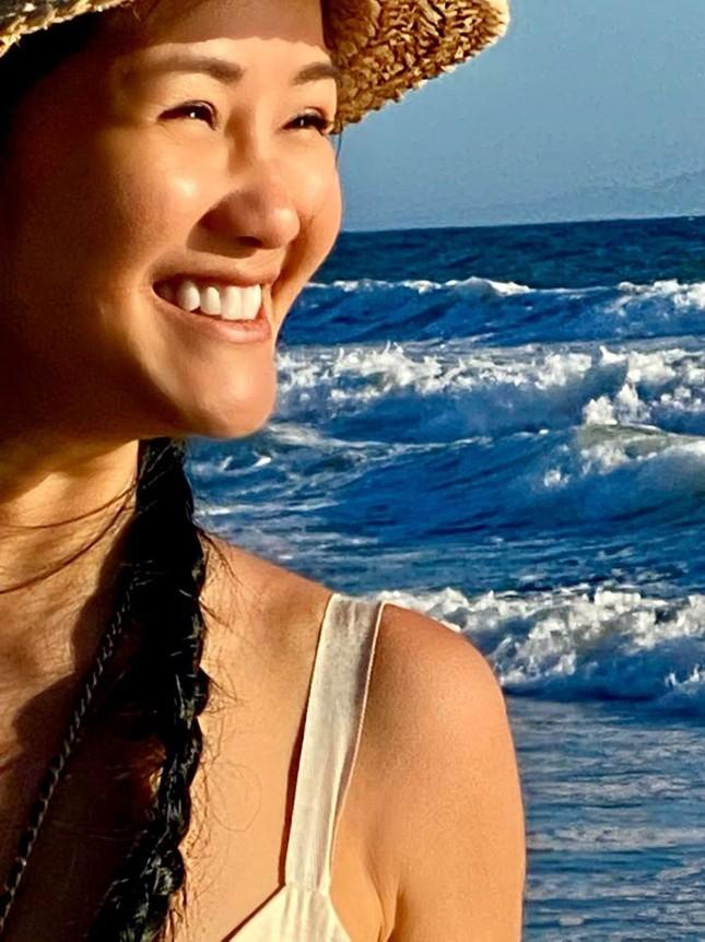 Tung ảnh quyến rũ bên bờ biển, diva Hồng Nhung trẻ đẹp tựa đôi mươi ảnh 2