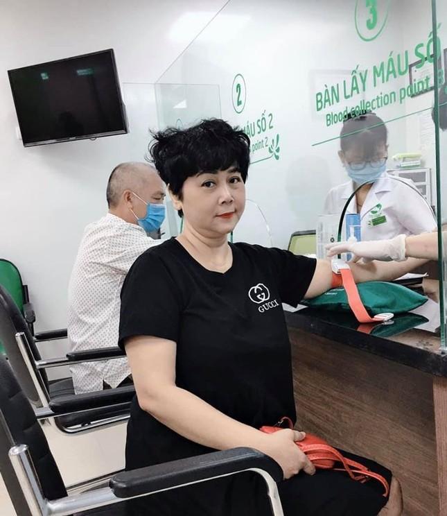 Hình ảnh NSND Minh Hằng ở bệnh viện khiến khán giả lo lắng ảnh 3