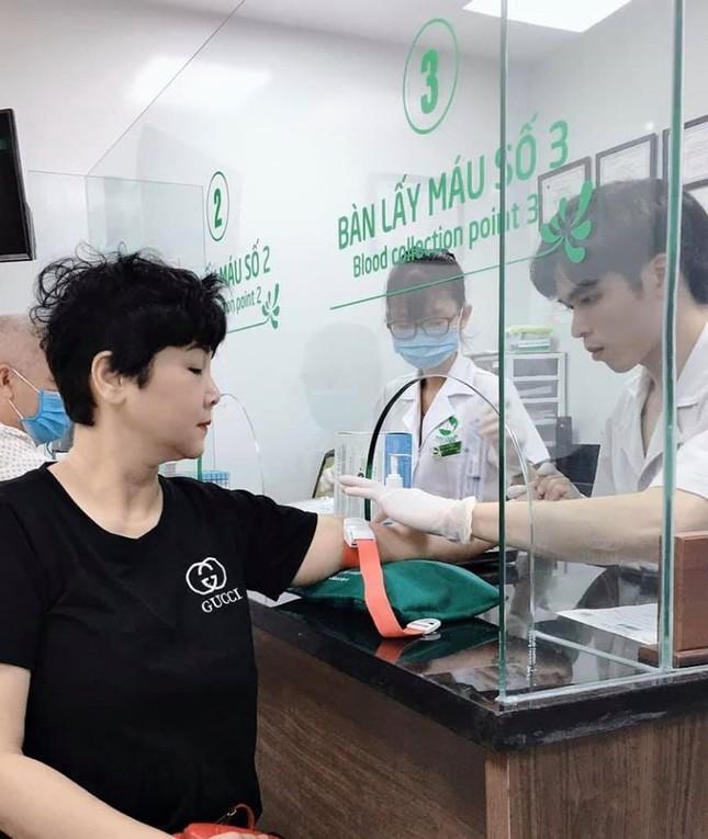 Hình ảnh NSND Minh Hằng ở bệnh viện khiến khán giả lo lắng ảnh 1