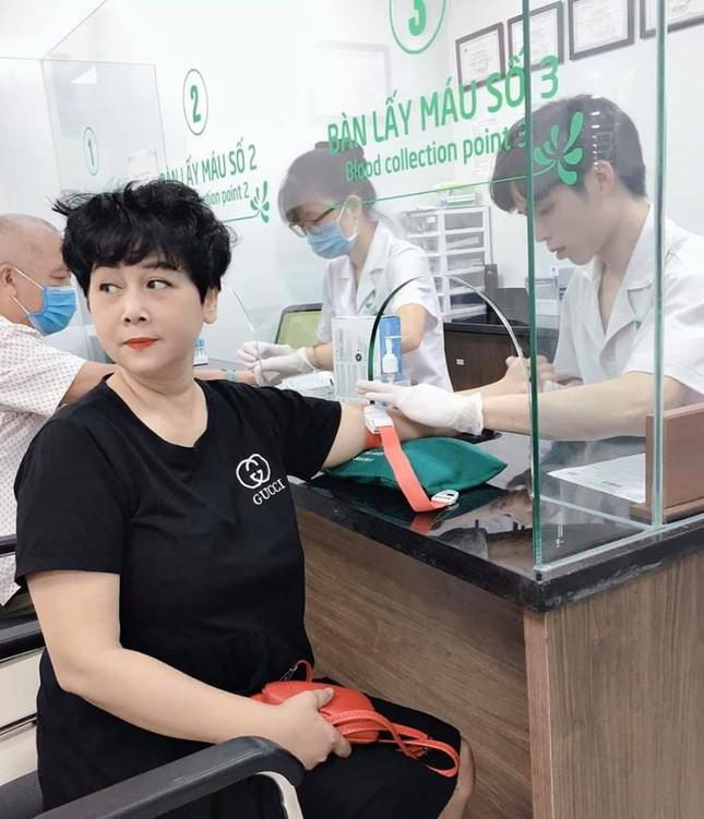 Hình ảnh NSND Minh Hằng ở bệnh viện khiến khán giả lo lắng ảnh 2