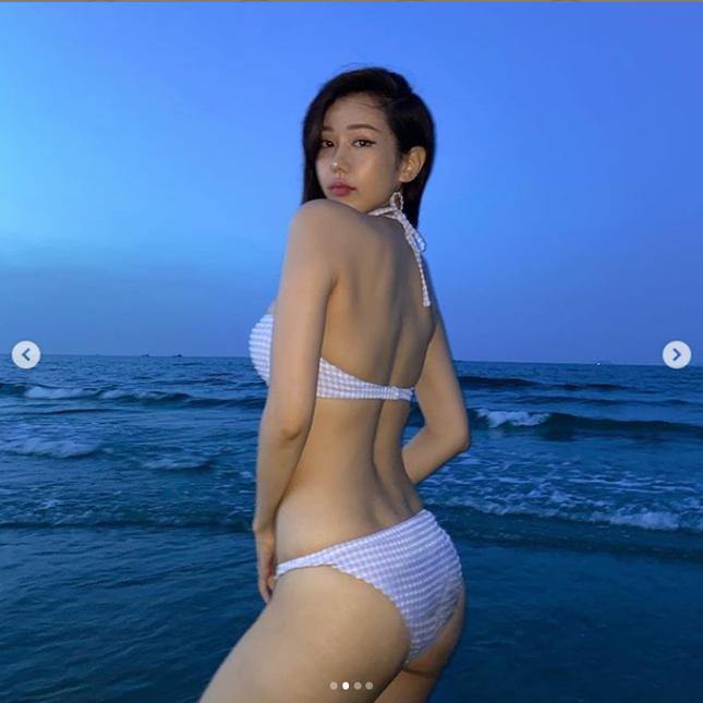 'Bỏng mắt' ngắm Chi Pu thả dáng siêu gợi cảm bên bể bơi ảnh 9
