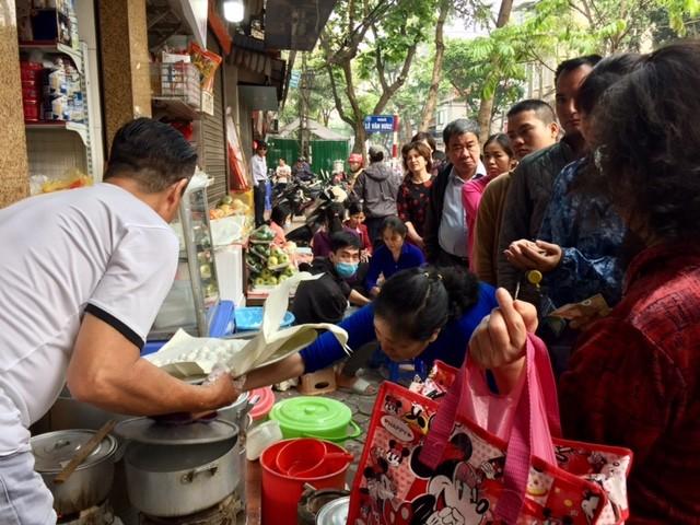 Đường phố Hà Nội ngập tràn không khí Tết Hàn thực ảnh 3